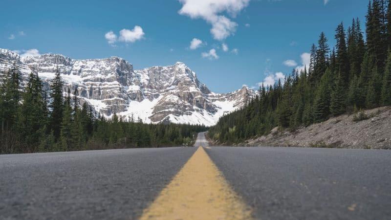 Route dans les Rocheuses au Canada