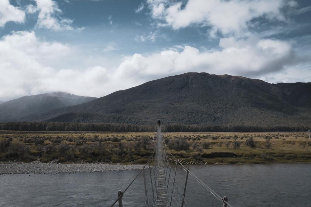 pont suspendu au dessus de la rivière hurunui